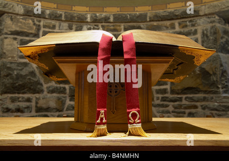 Close up de la sainte bible sur un stand sur l'autel d'une petite église rurale avec alpha omega Ajouter aux favoris tassles de velours