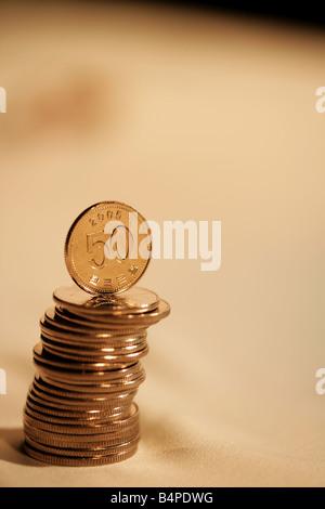 L'équilibrage de pièces de monnaie sur pile Banque D'Images