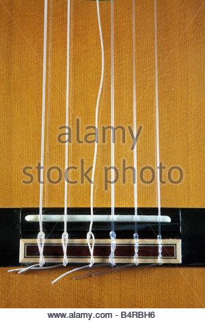 Une guitare classique possède une chaîne cassée Banque D'Images
