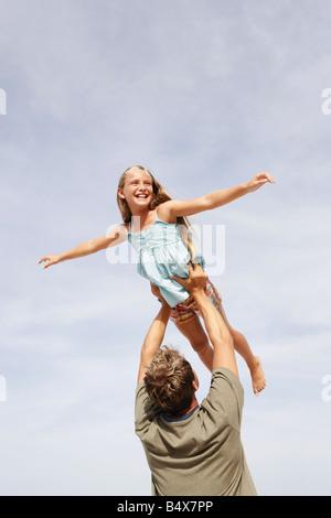 Père fille de levage dans l'air Banque D'Images