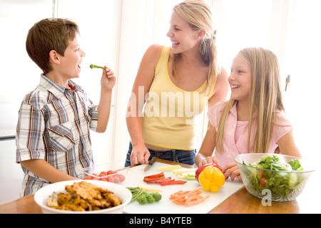 Mère et enfants préparer un repas ensemble Banque D'Images