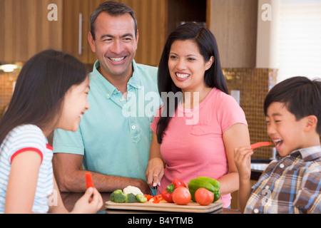 La préparation familiale repas ensemble Banque D'Images