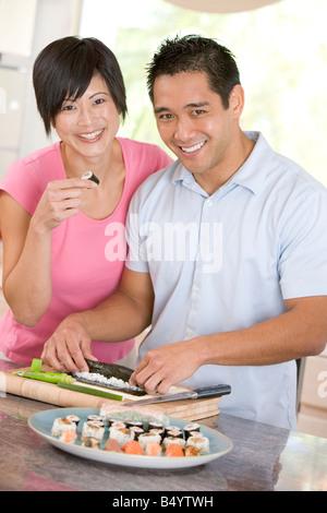 Couple en train de préparer des sushis ensemble Banque D'Images