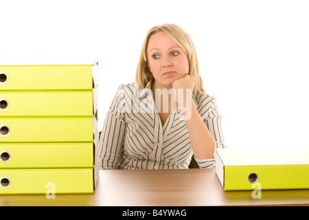 Businesswoman avec pile de dossiers Banque D'Images