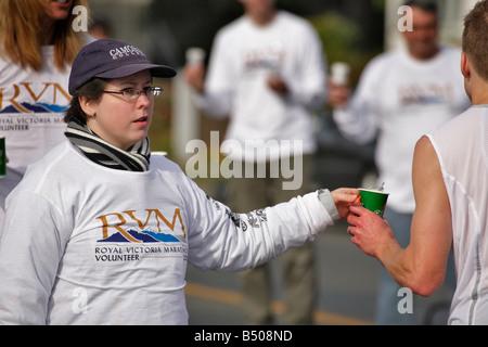 Marathon Royal Victoria Volunteer offrir de l'eau à runner Victoria British Columbia Canada Banque D'Images