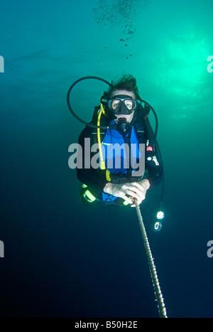Plongée sous marine sur la ligne ci-dessus de la surface de la mer sous l'eau avec Banque D'Images