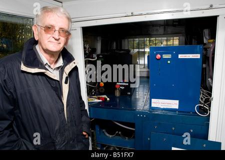 Le professeur Rex Harris qui a mis au point le voile se situe en face de la pile à combustible et les vérins d'hydrure Banque D'Images