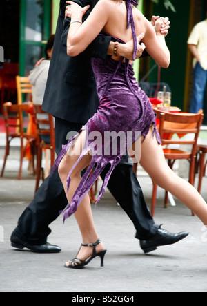 Couple dancing tango à La Boca, Buenos Aires Argentine Banque D'Images