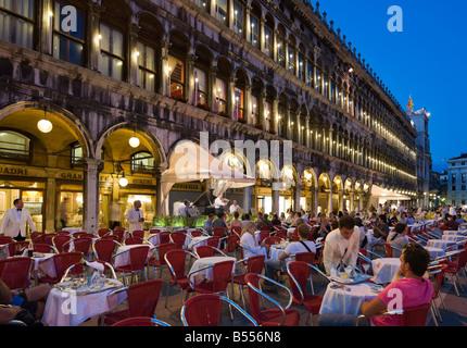 Le restaurant Grand Café quadri dans la Piazza San Marco dans la nuit, Venise, Vénétie, Italie Banque D'Images