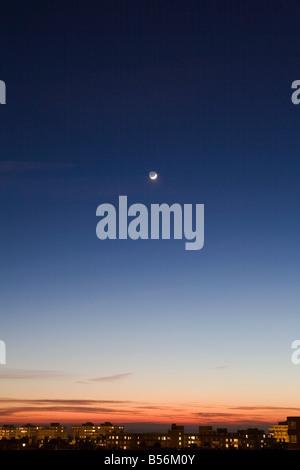 Lune dans le ciel au-dessus de Hove