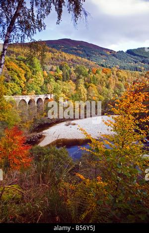 Couleurs d'automne au-dessus de la rivière Garry au col de Killiecrankie près de Pitlochry Perthshire Scotland UK Banque D'Images
