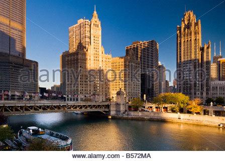 Vue sur la rivière Chicago au Wrigley building sur North Michigan Avenue, Chicago, Illinois, USA.