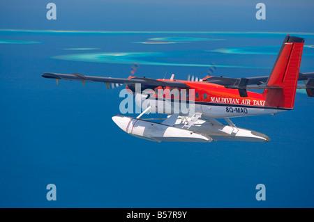 Vue aérienne de Maldivian Air Taxi volant dans l'archipel des Maldives, l'Océan Indien, l'Asie Banque D'Images