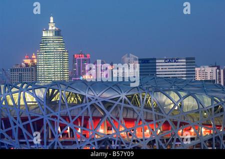 Stade national dans le Parc Olympique est éclairée la nuit, Beijing, China, Asia Banque D'Images