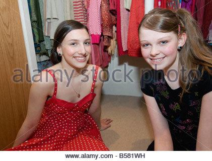 Vêtements Filles assis par penderie Banque D'Images