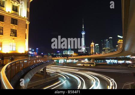 La lumière de voiture traine sur le Bund et la tour Oriental Pearl allumé à Pudong New Area, Shanghai, China, Asia Banque D'Images