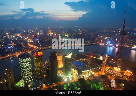 La lumière de voiture traine sur le Bund et l'Oriental Pearl Tower illuminée en Pudong New Area, Pudong, Shanghai, Banque D'Images