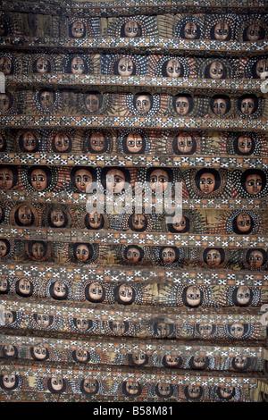 104 Éthiopiens ailé chérubins ornent le plafond célèbre dans l'Église Debre Berhan Selassie, Gondar, Éthiopie, Afrique Banque D'Images