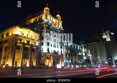 Location de light trails et bâtiments illuminés sur le Bund, Shanghai, Chine Banque D'Images