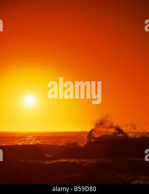 Coucher de soleil sur l'Océan Indien avec des vagues se brisant sur la côte de Prevwlly Australie Occidentale Australie Banque D'Images