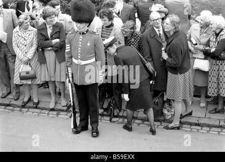 Soldat armé de la Coldstream Guards en service alors que la foule regarde derrière pendant l'ordre de la jarretière Banque D'Images