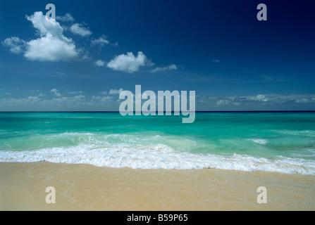 La mer et le sable à Worthing Beach sur la côte sud de la populaire sud de la paroisse de Christ Church, Barbados, Banque D'Images