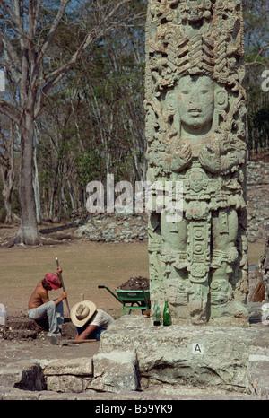 Les hommes d'excaver à côté de la cour principale de la stèle de ruines mayas de Copan, UNESCO World Heritage Site, Honduras, Amérique Centrale