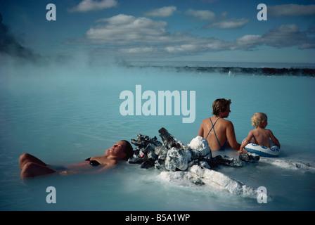 Les gens se baigner dans le Lagon Bleu, Svartsengi, près de Reykjavik, Islande, régions polaires Banque D'Images