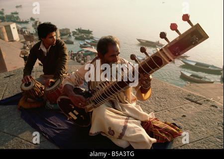 Sitar et tabla player à côté du Gange Varanasi Uttar Pradesh Inde Asie Banque D'Images