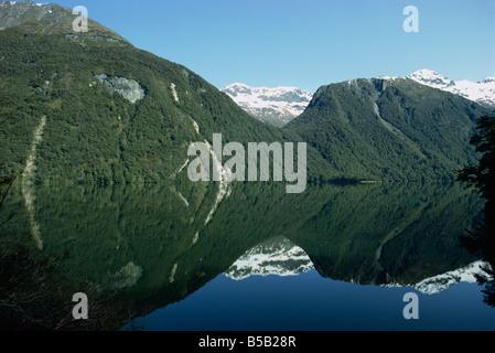 Reflet de la montagne dans l'eau du lac Gunn dans le Parc National de Fjordland Southland en Nouvelle-Zélande d'Australasie Banque D'Images