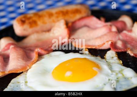 Oeuf au plat bacon et saucisses à frire close up Banque D'Images