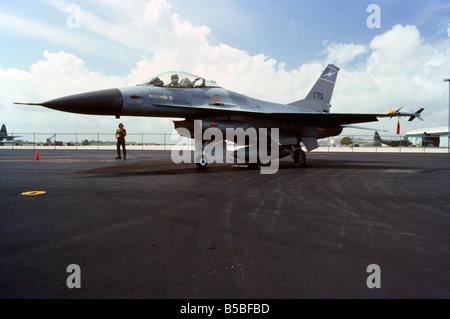 US Air Force F-16 avion de chasse avec un pilote dans le cockpit, sur le sol se prépare pour le décollage. Homestead Air Force Base, en Floride