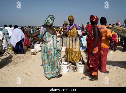 Les femmes l'achat et la vente de tout le poisson débarqué sur plage de Yoff Sénégal Afrique de l'Ouest Banque D'Images