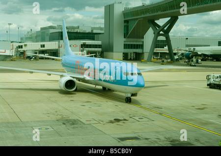 Thomson Fly avion avion Com avion de passagers sur le tarmac de l'aéroport de Gatwick Banque D'Images