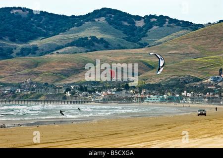Deux personnes le kitesurf avec la ville de Pismo Beach en Californie en arrière-plan Banque D'Images