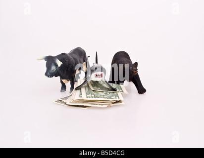 Un taureau et un ours entourant un requin sur un tas d'argent Banque D'Images