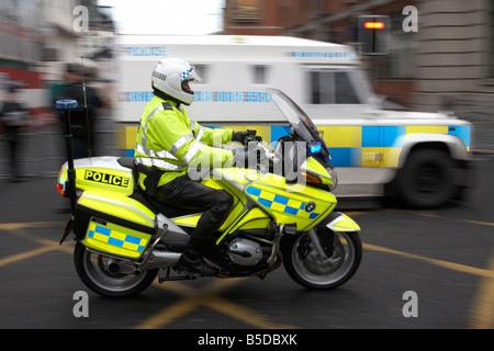 Service de Police d'Irlande du PSNI agent moto sur Belfast Banque D'Images
