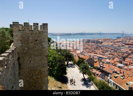Portugal Lisbonne, de l'Castelo de Sao Jorge murs du château sur le quartier de Baixa vers la rivière Tejo Banque D'Images