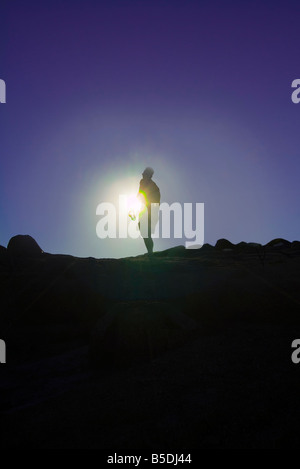 Silhouette d'alpiniste Randonneur avec soleil clair au sommet du Mont Camelback, Phoenix, Arizona, USA Banque D'Images