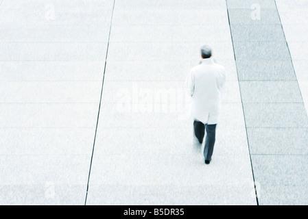 High angle vue arrière du business man walking down trottoir