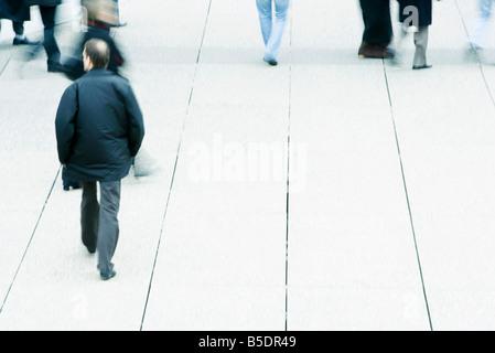 Les piétons sur le trottoir