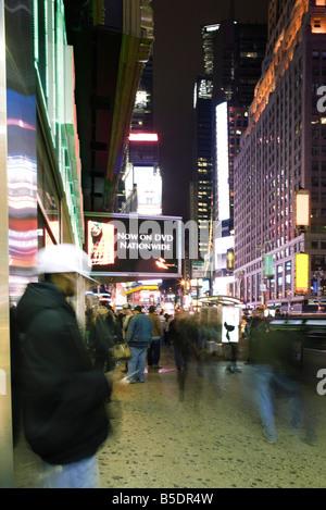 Scène de trottoir sur Broadway à New York à Times Square au nord