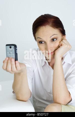 Woman de photographier elle-même Banque D'Images