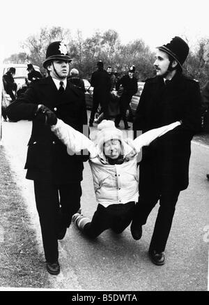 La police en action un manifestant est arrêté commun Greenham Banque D'Images