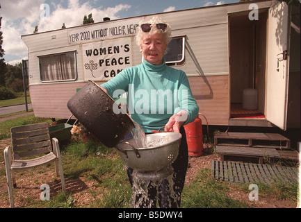 Les autres Greenham Common femme protestataires Penny prépare le dîner Banque D'Images