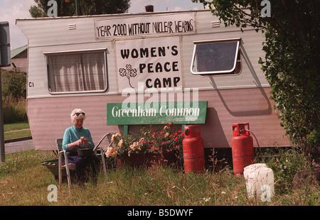 Les autres Greenham Common femme protestataires Penny prépare le dîner à l'extérieur de son fait peler caravane Banque D'Images