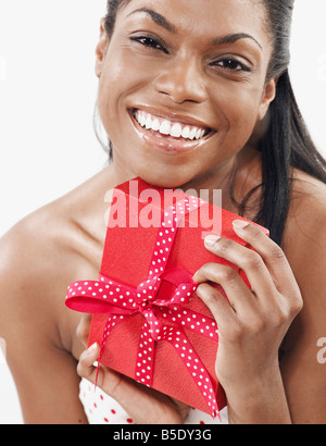 Mid-Adult Woman Holding Present Banque D'Images