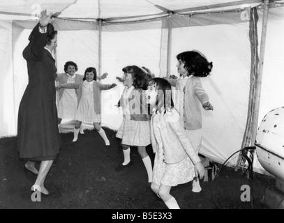 Le premier ministre Margaret Thatcher vu ici à la tête d'un groupe d'enfants dans une séance d'exercice physique Banque D'Images