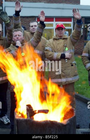 Pompiers Pompiers Pompiers en grève grève Novembre 2002 souligner le soutien des automobilistes alors que sur la ligne de piquetage à Gateshead Fire Station