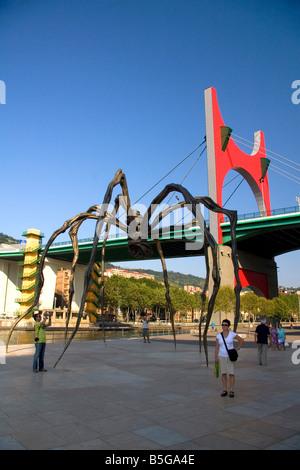 Grande sculpture araignée Maman par Louise Bourgeois en face du musée Guggenheim de Bilbao BISCAYE le nord de l'Espagne Banque D'Images